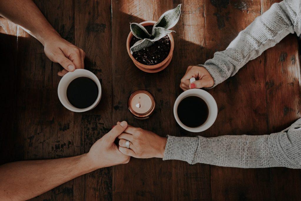 partnerzy w kawiarni